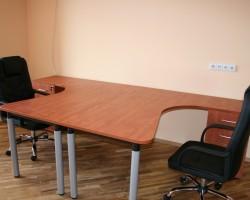 Kampinis darbo stalas ant metalinių kojų T1